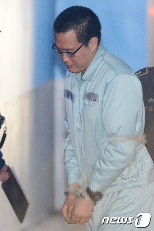 [사진]법정으로 향하는 김동선씨