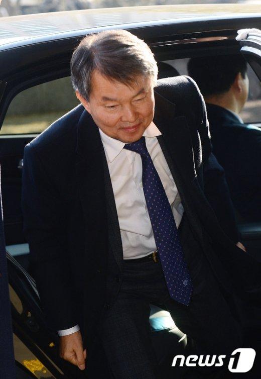 [사진]출근하는 이진성 헌법재판관