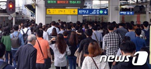서울 영등포구 신도림역에서 지하철에서 내린 시민들이 서둘러 출근을 하고 있다. 2016.9.27/뉴스1 © News1 김명섭 기자