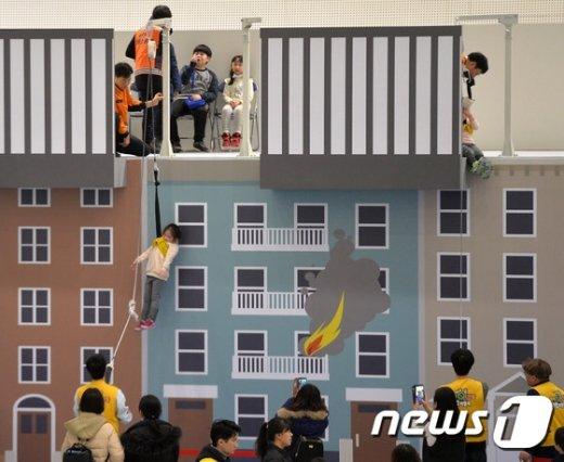 완강기를 이용한 화재현장 탈출 체험을 하고 있는 초등학생들. /뉴스1 © News1