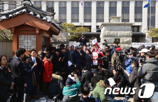 [사진]김평우 변호사 '헌재 앞 기자회견'