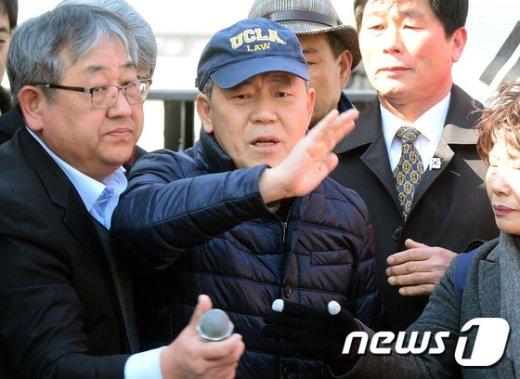 [사진]헌재앞에서 기자회견 김평우 변호사 '질문은 그만'