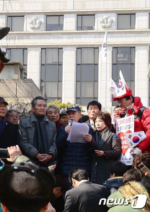 [사진]탄핵심판 선고일 공개 앞두고 기자회견한 김평우 변호사