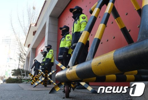 [사진]사드 보복... '굳게 닫힌 중국대사관'