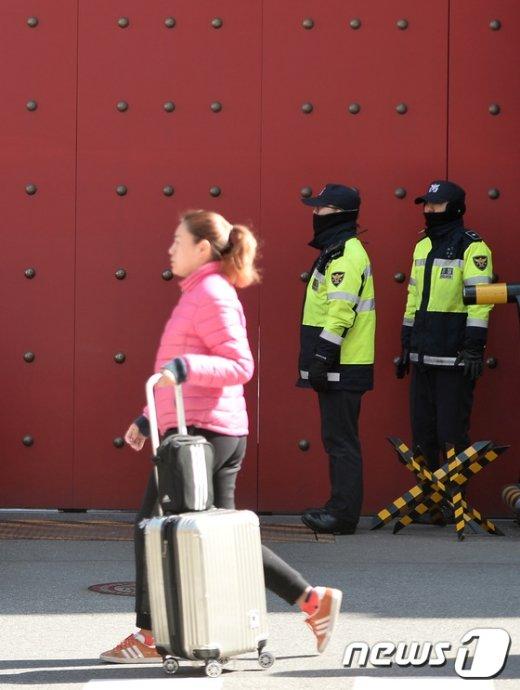 [사진]중국대사관 지나는 중국인 관광객