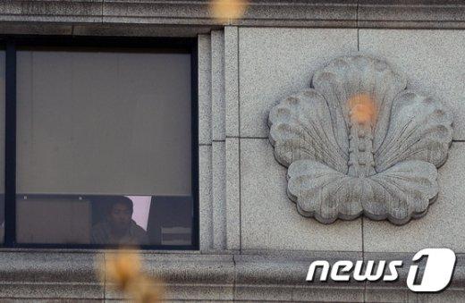 [사진]바깥이 궁금한 헌재 직원