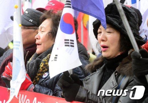 [사진]'눈시울 붉힌 태극기 부대'