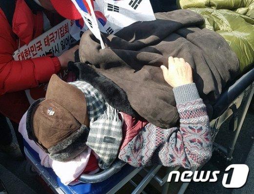 [사진]응급실로 실려간 권영해 탄기국 공동대표