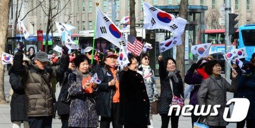 [사진]보수단체, 北미사일 발사 규탄 및 탄핵반대 집회