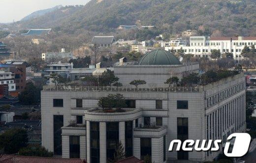[사진]그늘진 헌재, 탄핵 선고일 두고 '숙고'…평의 진행중