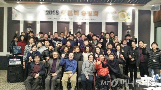 김정열대표(앞줄 왼쪽에서 두번째)와 리드릭 직원들. 직원 80명 가운데 42명이 지적장애인이다./사진제공= 리드릭