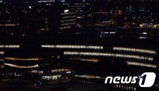 [사진]'탄핵여부에 촉각' 불 밝힌 세종청사
