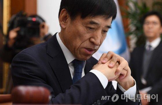 이주열 한국은행 총재가 금융통화위원회 회의에 앞서 생각에 잠겨있다. /사진제공=뉴스1