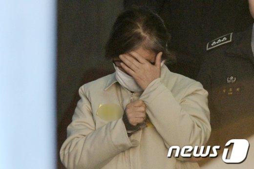 [사진]최순실 '얼굴 가린 채'