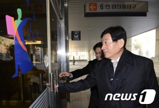 [사진]공판 출석하는 원세훈 전 국정원장