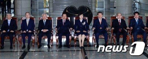 [사진]퇴임식 후 기념촬영하는 이정미 권한대행