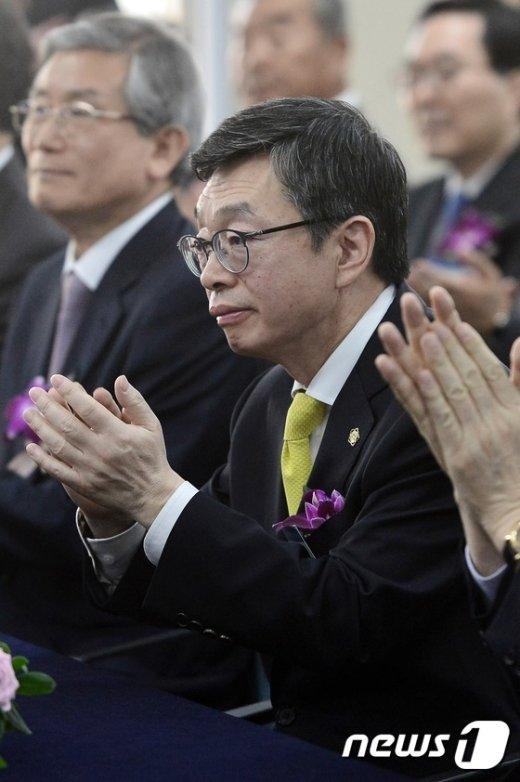 [사진]박수 치는 김현 대한변협 회장