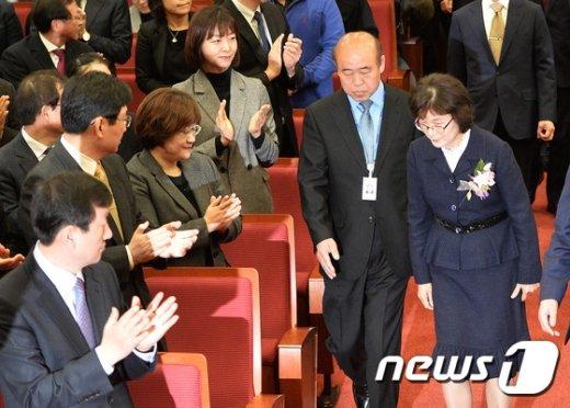 [사진]박수 속 입장하는 이정미