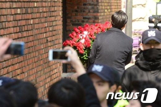 [사진]朴 전 대통령 사저 안으로 들어가는 꽃바구니