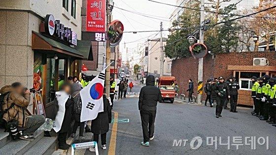 13일 박 전 대통령 사저 앞에서 '탄핵무효'를 주장하는 지지자들./ 사진=윤준호 기자
