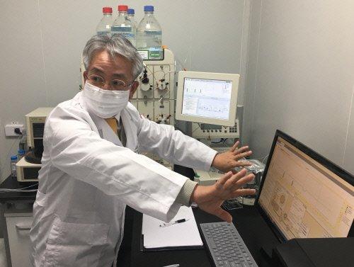 ※박광철 디에스케이 바이오부문 대표가 경기도 향남 프로톡스 연구소에서 '프로톡신' 생산 과정을 설명하고 있다.