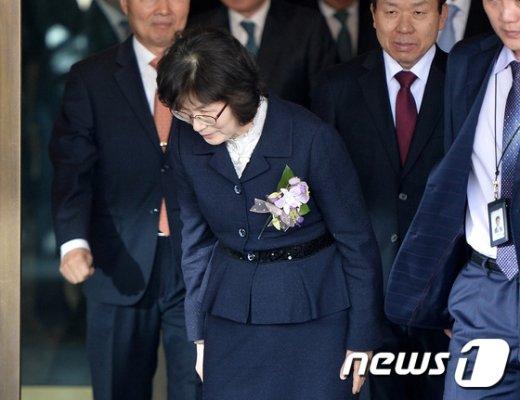 [사진]취재진 향해 인사하는 이정미