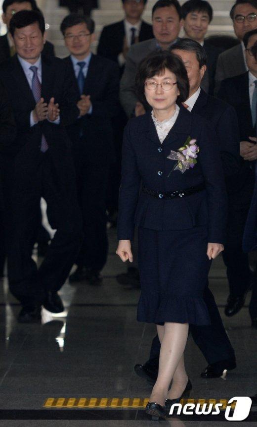 [사진]박수 속 헌재 떠나는 이정미