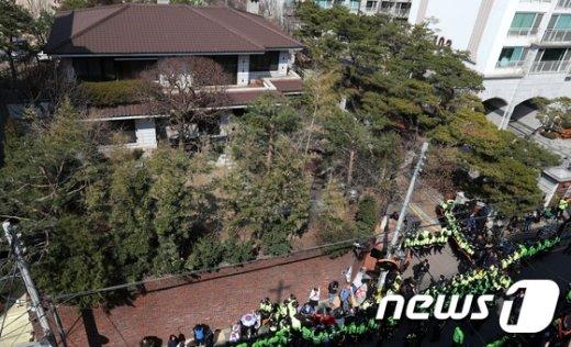 [사진]혼잡한 박근혜 전 대통령 사저 앞