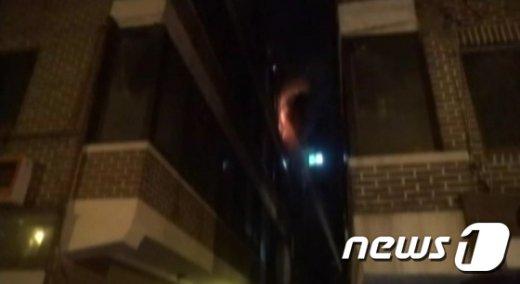 [사진]결혼 앞둔 소방대원, 불길 뛰어들어 시민 구조하다 부상