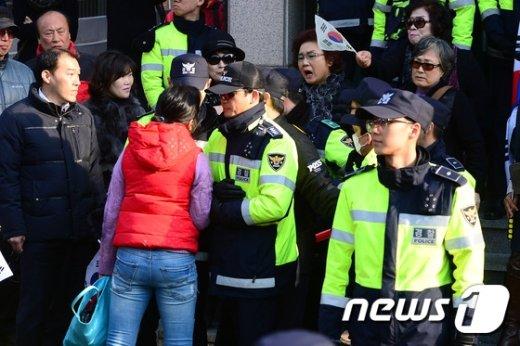 [사진]동네 주민과 朴 전 대통령 지지자들 '언쟁'