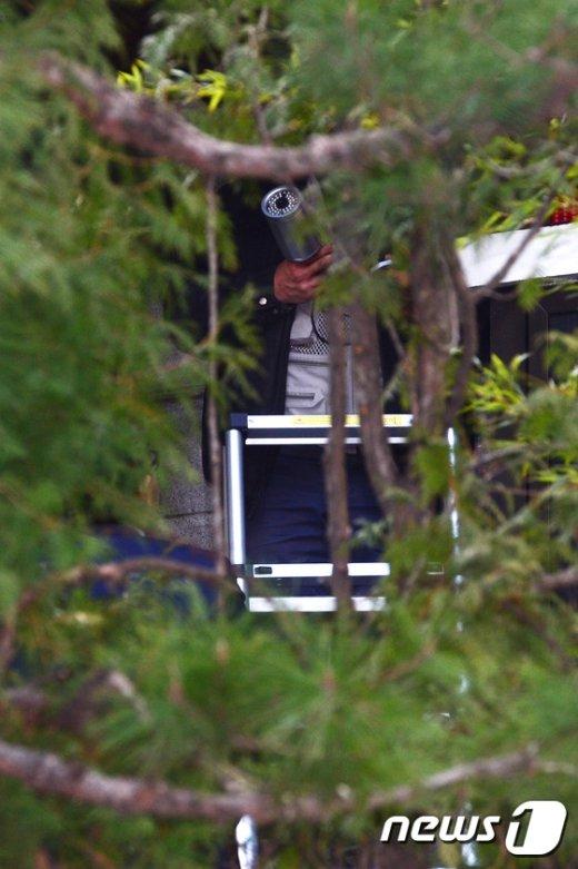 [사진]朴 전 대통령 사저 안에 설치되는 CCTV