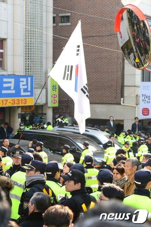 [사진]엄청난 인력 투입된 朴 전 대통령 사저 경호