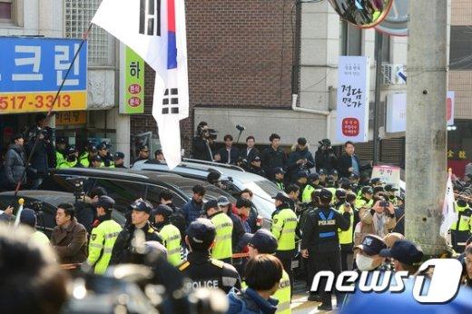 [사진]朴 전 대통령 사저 앞 '어마어마한 경찰병력'