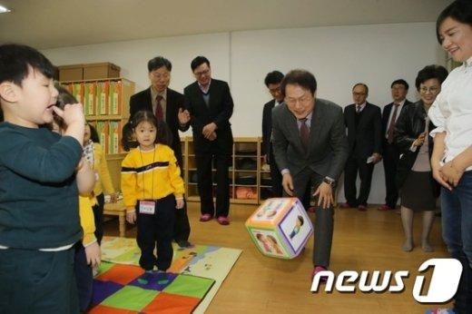 [사진]어린이들과 게임하는 조희연 교육감