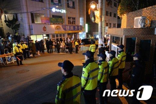 [사진]박 전 대통령 자택 앞 경계 유지