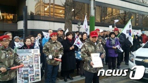 태극기집회를 주도해온 탄기국이 3일 특검과 박지원 국민의당 대표를 검찰에 고발했다.© News1