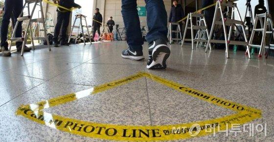 박근혜 전 대통령의 검찰소환일정이 결정된 15일 오후 서울 서초구 서울중앙지검에서 사진기자들이 포토라인을 설치하고 있다.