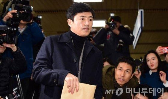 고영태 전 더블루K 이사가 지난달 6일 오후 서초구 서울중앙지법에서 열린 '최순실 등 국정농단 사건 9차 공판'에 증인으로 출석하고 있다