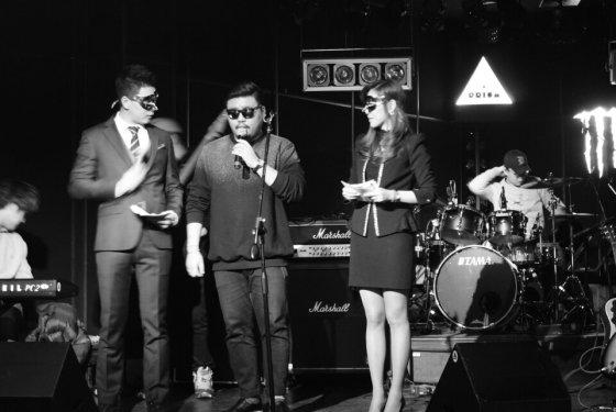 인디 뮤지션 강백수 씨(가운데)의 공연장에 함께 한 엔터크라우드 정주황 대표(왼쪽)/사진제공=엔터크라우드
