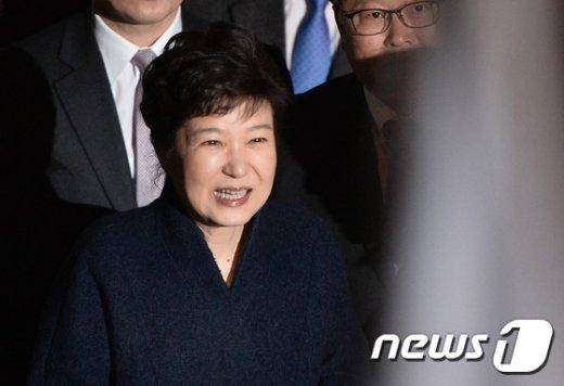 박근혜 전 대통령이 헌법재판소의 탄핵심판 인용으로 청와대를 떠난 12일 저녁 서울 강남구 삼성동 사저로 들어가기 전 지지자들과 인사를 나누고 있다. 2017.3.12/뉴스1 © News1 이재명 기자