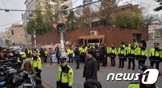 [사진]박근혜 전 대통령 검찰 출석 앞둔 삼성동 자택
