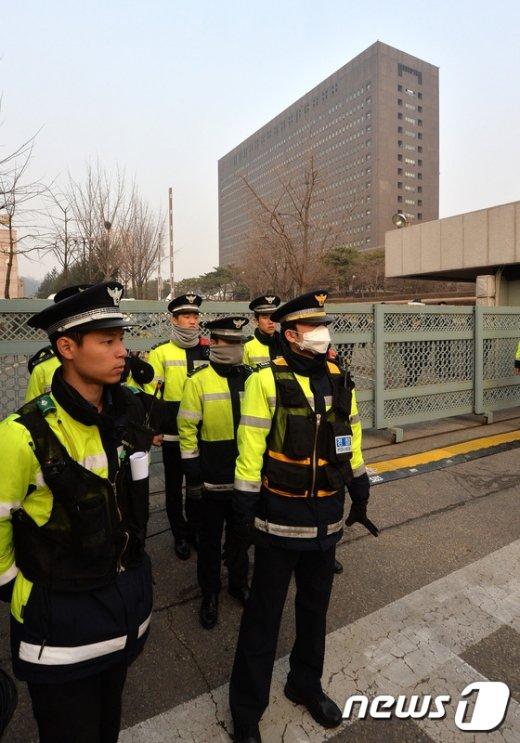 [사진]검찰 앞 경찰들