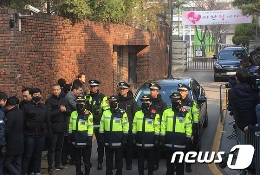 [사진]검찰 출발 준비하는 박근혜 전 대통령 사저 앞