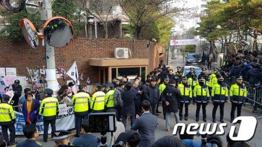 [사진]검찰 출발 준비 마친 박근혜 전 대통령 사저 앞