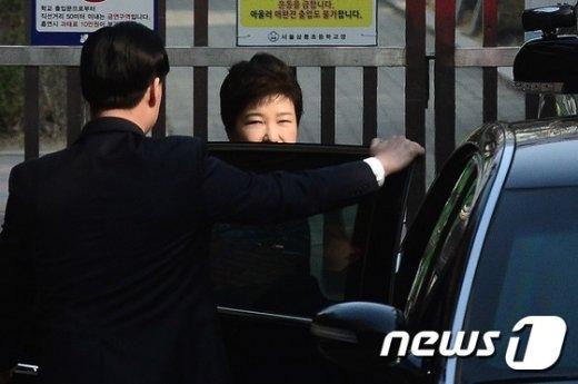 [사진]취재진 바라보는 박근혜 전 대통령