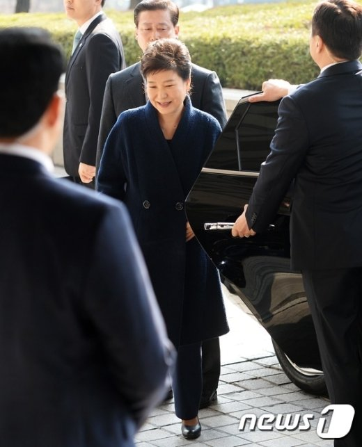 [사진]웃으며 검찰 출두하는 박근혜