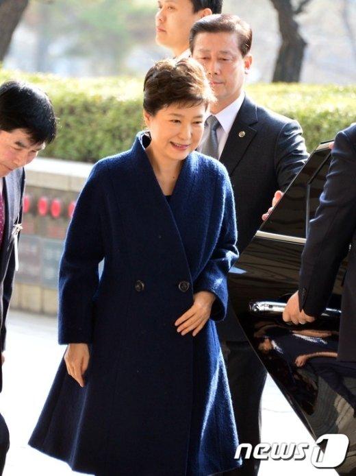 [사진]'피의자' 박근혜, 엷은 미소 띠며 검찰 출석