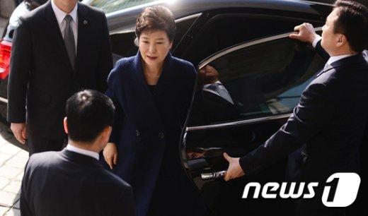 [사진]검찰 도착한 박 전 대통령