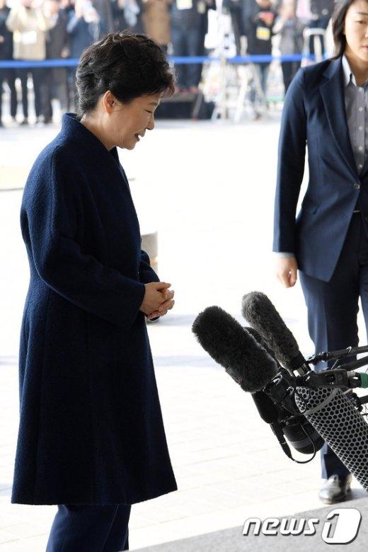 [사진]포토라인 앞 박근혜
