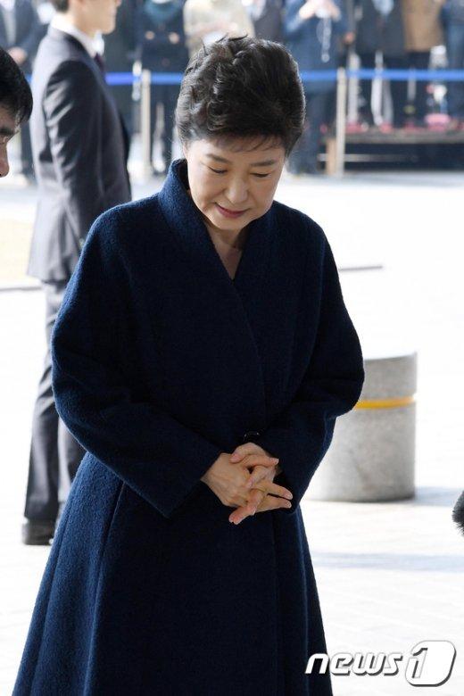 [사진]고개 숙인채 포토라인 선 박근혜